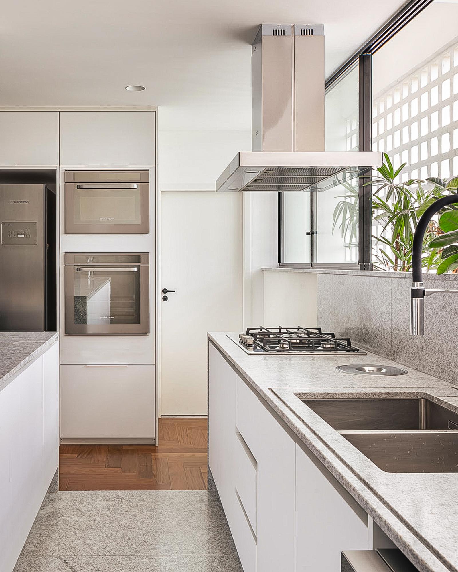Projeto com piso de madeira Sonotto na cozinha - Bloco Arquitetos