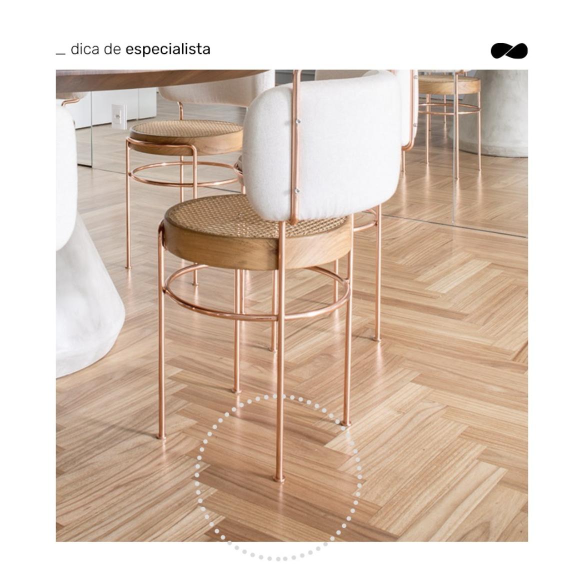 Proteger os pés das cadeiras com feltro é importante para manter o piso de madeira sem arranhões